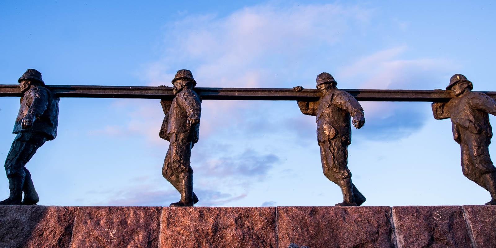 Bilde av skulpturen med Jernbanebyggerne i Kiruna